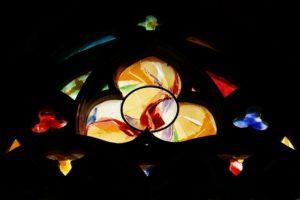 trójca-święta-kościół-witraż