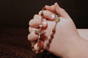 różaniec-ręka-wspólna-modlitwa